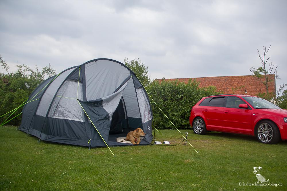 Links mein Zelt, nachdem das Gewitter abgezogen war. Rechts mein Camping-Muffel-Audi.