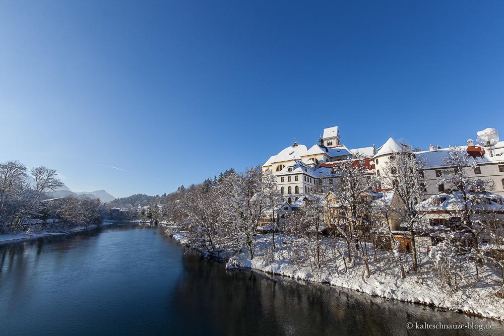 Das Kloster St. Mang am Lech in Füssen mit Schnee.