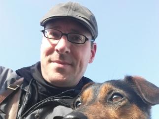 Designer Bernd Huth mit Hund Travis