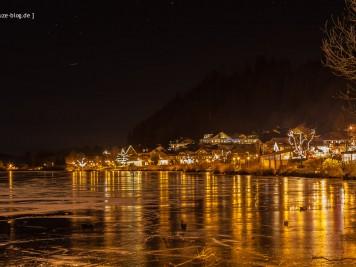 Die Uferpromenade von Hopfen am See bei Nacht