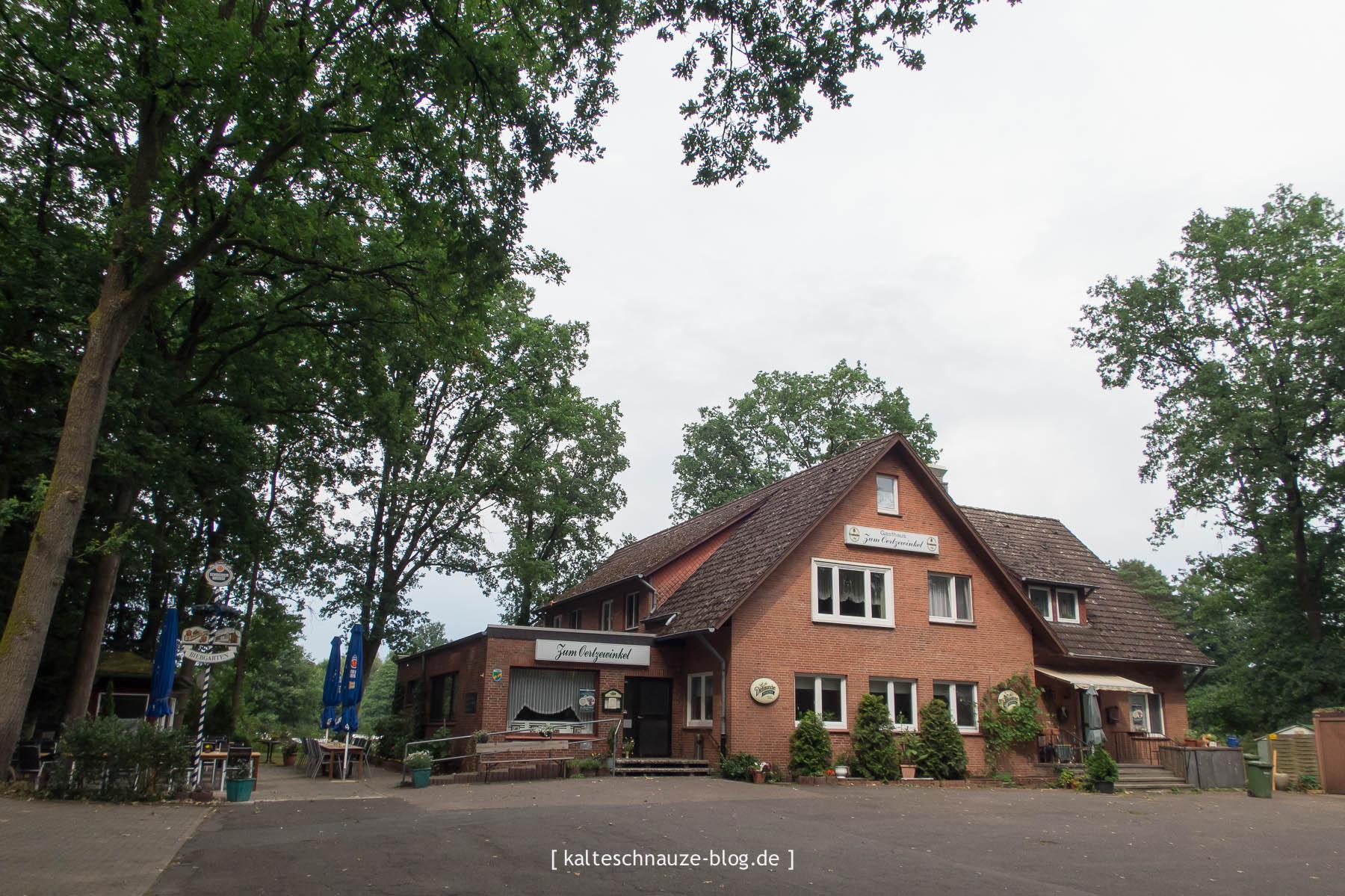 """Das Gasthaus """"Zum Oertzewinkel"""": Unmittelbar an den Campingplatz angrenzend befindet sich das Gasthaus """"Zum Oertzewinkel"""". Dort werden ausschließlich frische und regionale Produkte serviert. Wir waren dreimal zum Essen dort. Unter anderem zum Spanferkelessen. Ursprünglich bildeten beide sowohl Campingplatz als auch Gasthaus eine Einheit als Letzteres von Erika und Hans Sievers nach einjähriger Bauzeit 1966 eröffnet wurde. In den späten 70er Jahren wurde der Campingplatz nicht mehr von der Familie betrieben, sondern verpachtet."""