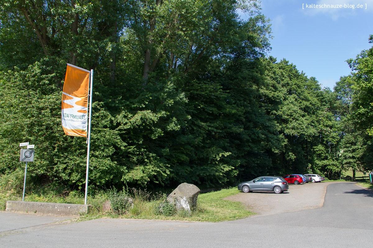 Unverkennbar durch die Fahne: der Parkplatz Erlenmühle (Ernteweg) – Eifel-Traumpfad Vier-Berge-Tour