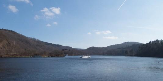 Ausflugsschiffe befördern Touristen über Urft- und Rursee.