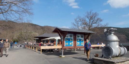 Viele Infos über die Urfttalsperre: Im Hintergrund das Lokal Uftseemauer.