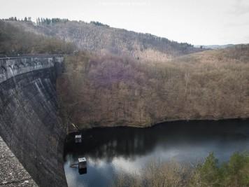 Die 226 m lange Mauerkrone mit einem Krümmungsradius von 200 vor dem Obersee.