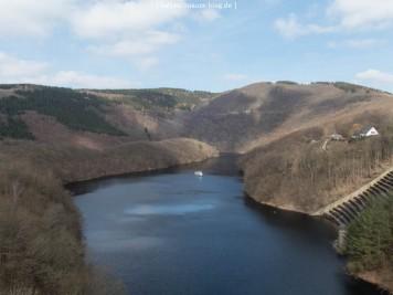 Der Obersee mit Blick auf den Höhenzug Kremeter im Hintergrund
