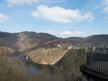Kurz vor Beginn des Eifelsteigs blickt man noch mal zurück auf Staumauer und Obersee.